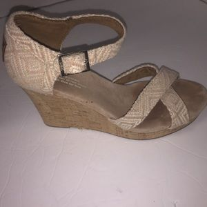 Women Toms beige wedge sandals size 7